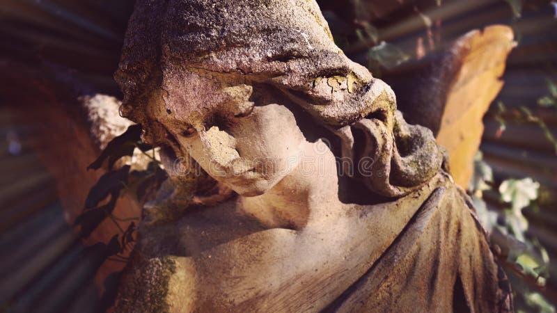 Vista majestosa da estátua do anjo dourado iluminada pela luz solar foto de stock royalty free