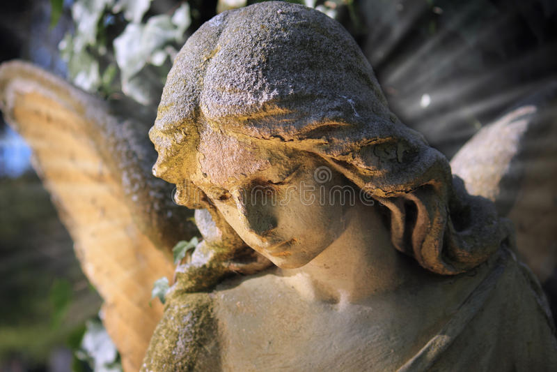 Vista majestosa da estátua do anjo dourado iluminada pelo aga claro foto de stock