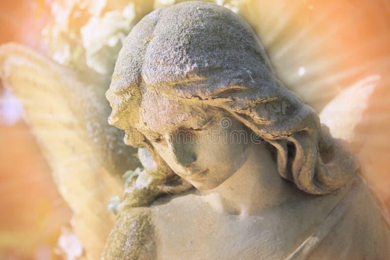 Vista majestosa da estátua do anjo dourado iluminada pelo aga claro imagem de stock
