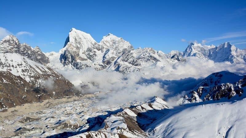 Vista majestosa das montanhas Himalaias do Mt Gokyo Ri foto de stock royalty free