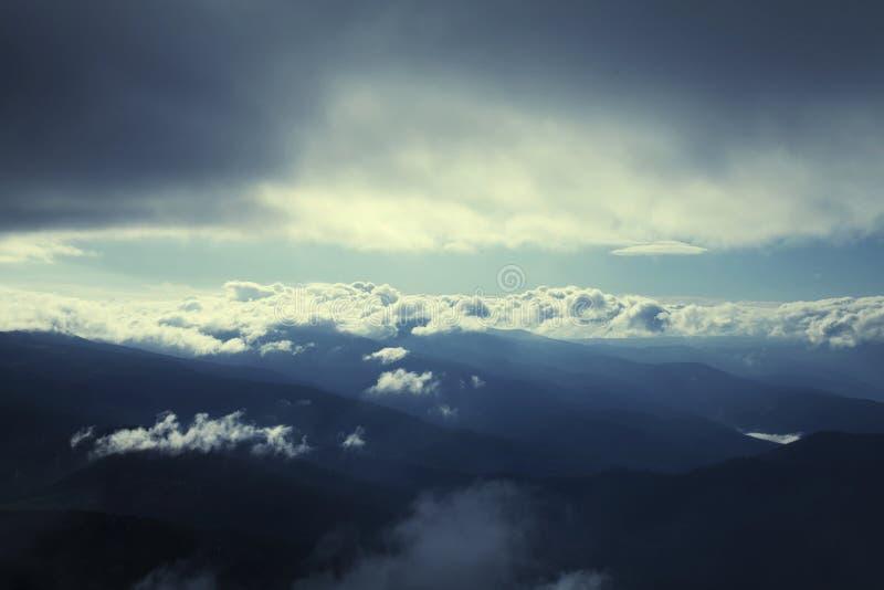Vista majestosa das montanhas que incandescem sob a luz solar, o hig foto de stock royalty free