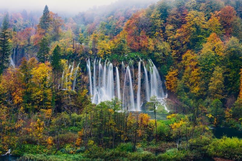 Vista majestosa de uma grande cachoeira no parque nacional de Plitvice, UNESCO da Croácia imagens de stock