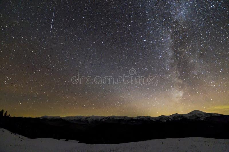 Vista majestosa do céu escuro estrelado fantástico na noite do inverno A estrela da Via Látea e de queda sobre o cume magnífico d imagens de stock royalty free