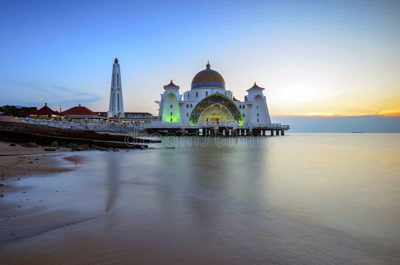 Vista majestuosa de la mezquita de los estrechos de Malaca durante puesta del sol Focu suave fotos de archivo