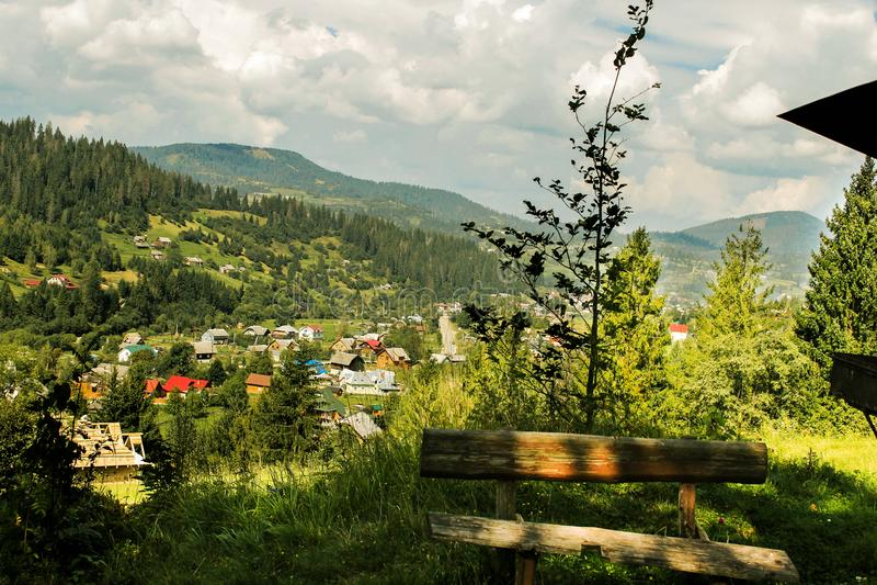Vista maravilhosa de uma casa pequena da vila fotografia de stock
