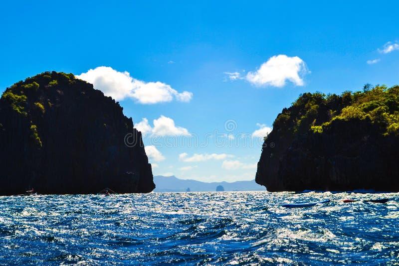 Vista maravilhosa do mar azul e dos penhascos do mar cobertos com o EL Nido Palawan Filipinas das plantas imagens de stock royalty free