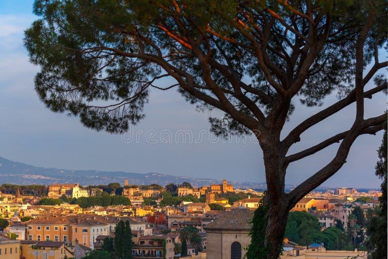 Vista maravillosa aérea de Roma en la puesta del sol, Italia fotografía de archivo libre de regalías