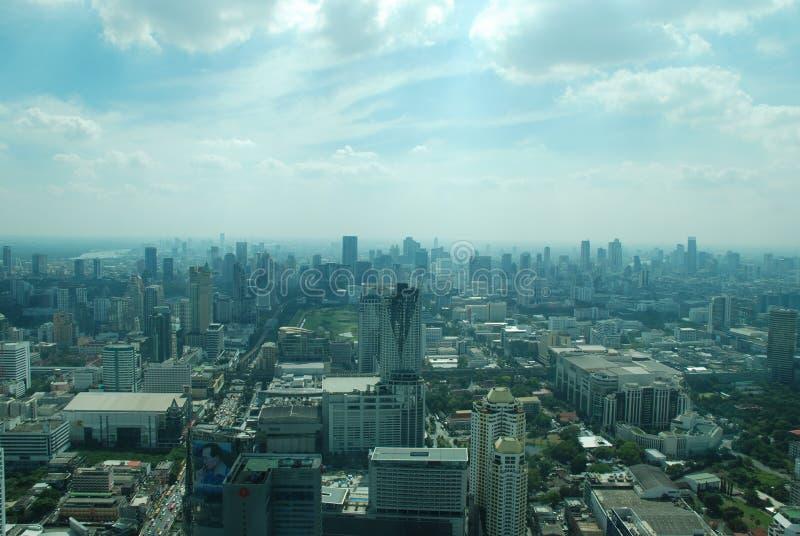 Vista maravillosa de la Bangkok enorme del último piso del rascacielos fotos de archivo libres de regalías