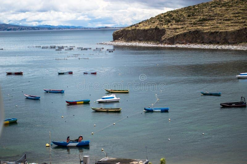 Vista maravillosa del lago Titicaca en el Boliviano de Copacabana foto de archivo libre de regalías