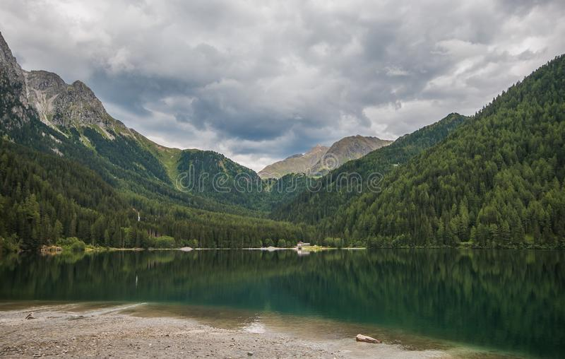 Vista maravillosa y panorámica del lago Anterselva en el Tyrol del sur, Italia imagenes de archivo