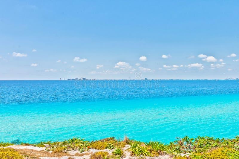 Vista mare e della linea costiera tropicali di Cancun da Isla Mujeres fotografia stock libera da diritti