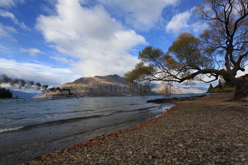 Vista meravigliosa del lago nella stagione di caduta immagini stock