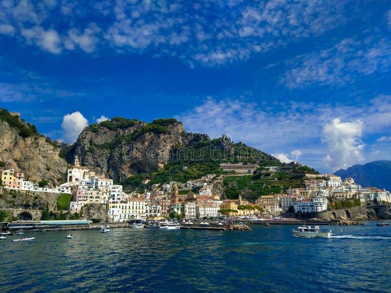 Vista meravigliosa di Amalfi dal mar Tirreno nella campania, Italia immagini stock libere da diritti