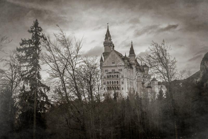 Vista misteriosa do castelo de Neuschwanstein com névoa em cumes bávaros, Alemanha fotografia de stock royalty free