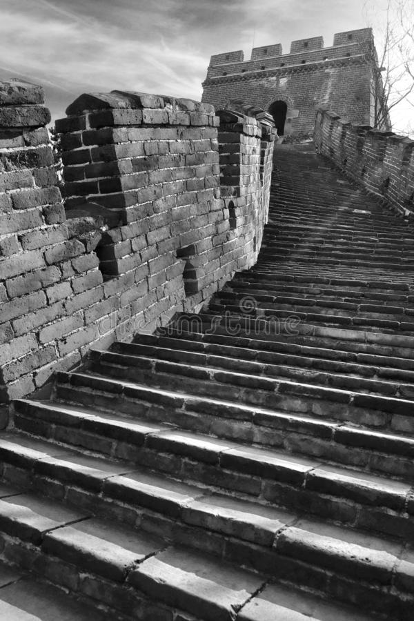 Vista monocromática panorâmico vertical das escadas na seção de Mutianyu do Grande Muralha de China que conduz a uma torre do rel imagem de stock