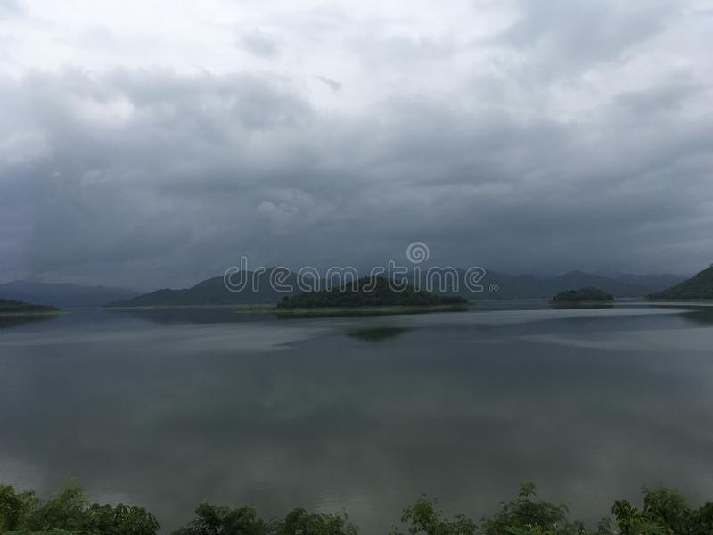 Vista montagnosa scenica dopo la pioggia, Tailandia del lago immagine stock