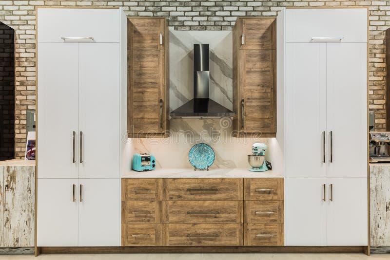 Vista morna surpreendente de armários de cozinha de madeira naturais decorativos interiores modernos à moda fotos de stock royalty free