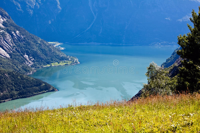 Vista muito bonita da montanha na água azul do fjo foto de stock