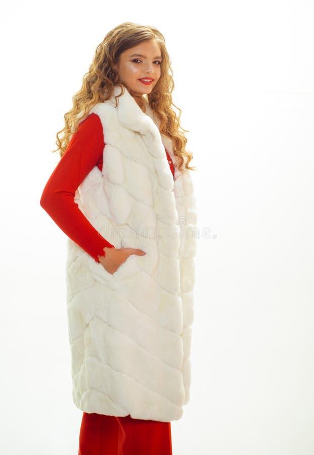 Vista muito elegante Vestu?rio elegante do desgaste de jovem mulher A mulher bonita no modelo de forma luxuoso da veste da pele v imagens de stock royalty free