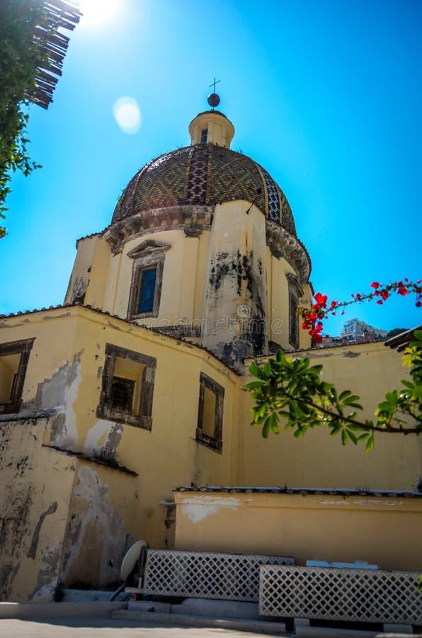Vista na abóbada da igreja de Santa Maria Assunta em Positano pela costa de Amalfi, Positano Itália fotos de stock royalty free