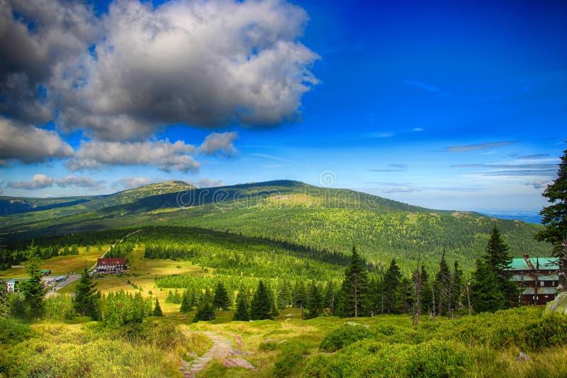 A vista na amizade checa e polonesa da estrada em montanhas gigantes de Krkonose- do parque nacional imagem de stock