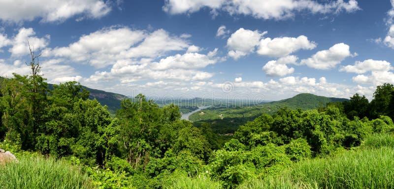 Vista na atração do lago em North Carolina da rocha da chaminé imagens de stock royalty free