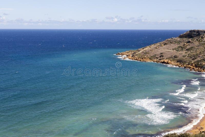 Vista na baía de Ramla em Malta no mar Mediterrâneo, Europa fotografia de stock