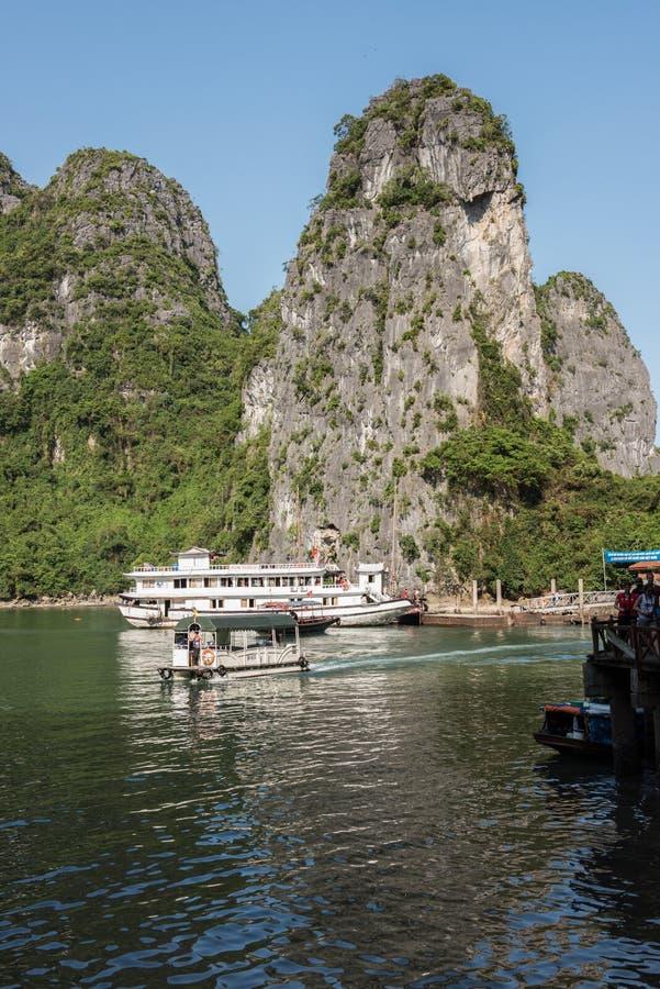 Vista na baía longa do Ha fotos de stock