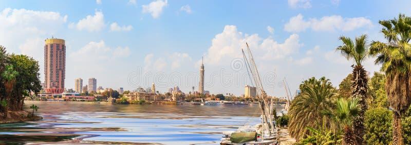 Vista na baixa do Cairo com a torre e os hotéis elegantes no porto do Nilo, Egito fotografia de stock
