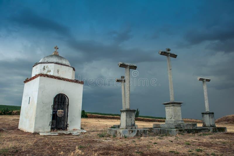 Vista na capela abandonada pequena e cruzes ao lado dela no monte da cidade de Segovia fotografia de stock royalty free