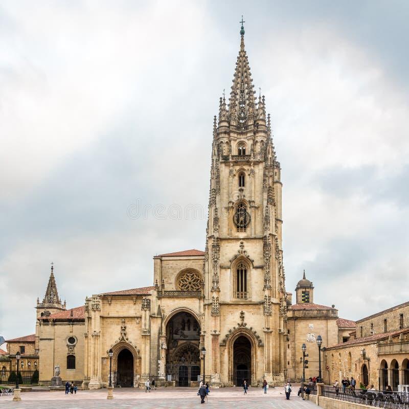 Vista na catedral do San Salvador em Oviedo - Espanha imagem de stock