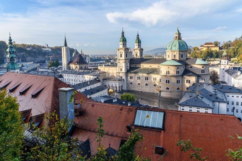 Vista na catedral e na arquitetura da cidade de Salzburg da fortaleza de Hohensalzburg Salzburg ?ustria imagem de stock