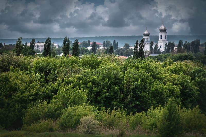 Vista na catedral velha da tampa virgem abençoada no dia nebuloso fotos de stock