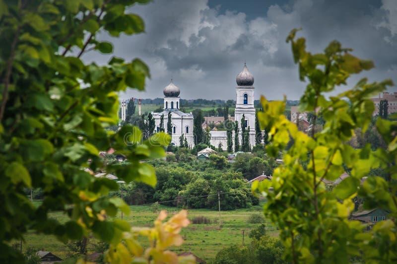 Vista na catedral velha da tampa virgem abençoada no dia nebuloso imagem de stock royalty free