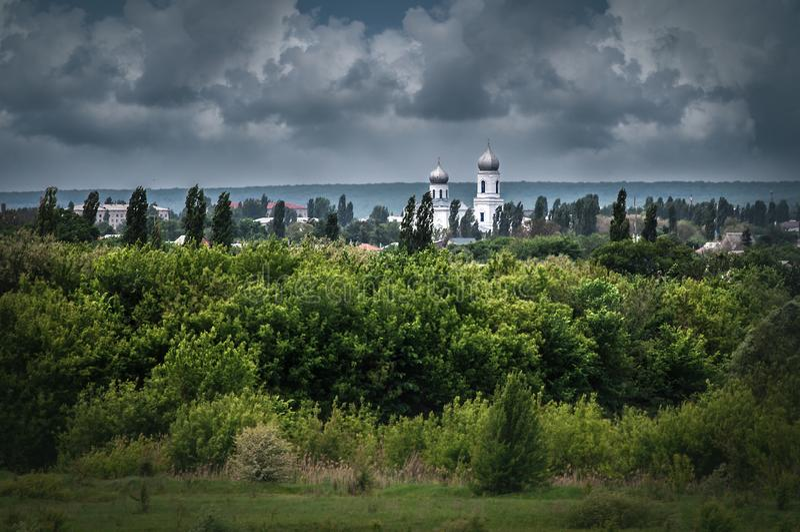 Vista na catedral velha da tampa virgem abençoada no dia nebuloso foto de stock