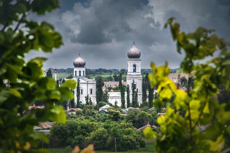 Vista na catedral velha da tampa virgem abençoada no dia nebuloso foto de stock royalty free