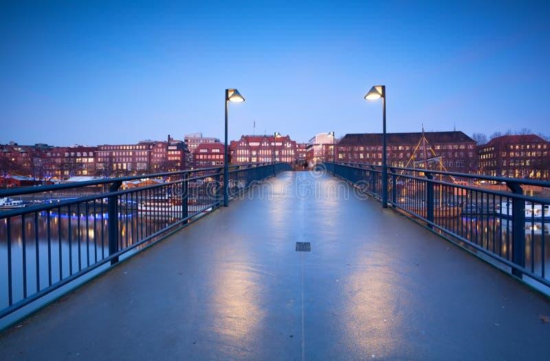 Vista na cidade Brema da ponte no crepúsculo fotos de stock royalty free