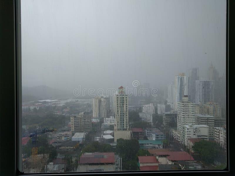 Vista na cidade na chuva fotos de stock royalty free
