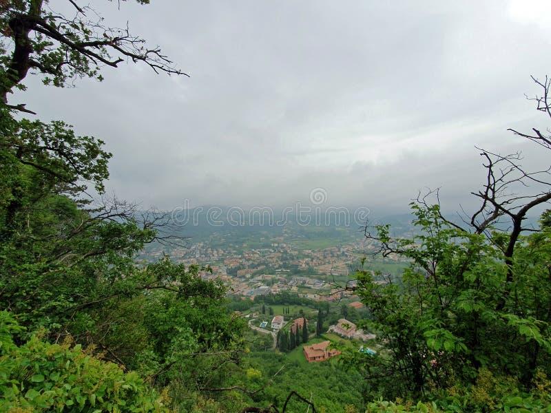 Vista na cidade de Affi de uma montanha fotografia de stock