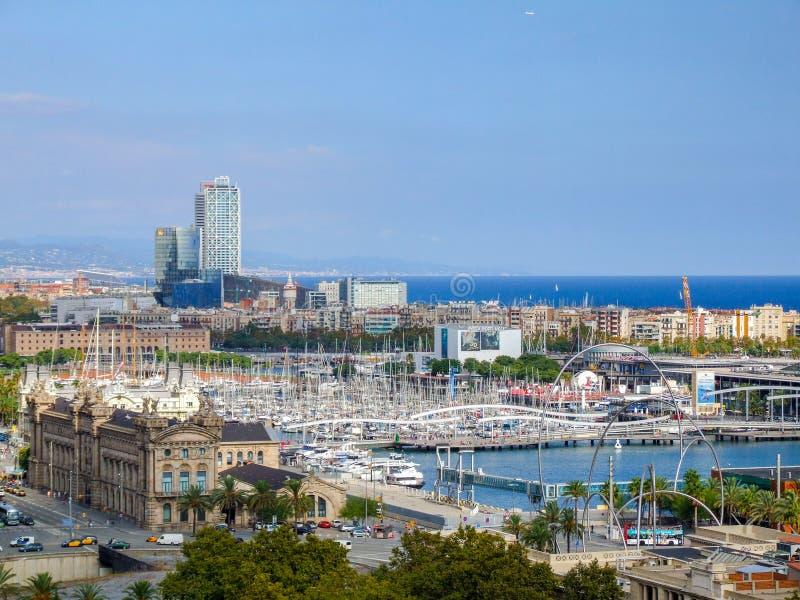 Vista na cidade de Barcelona da rota do cabo aéreo fotografia de stock