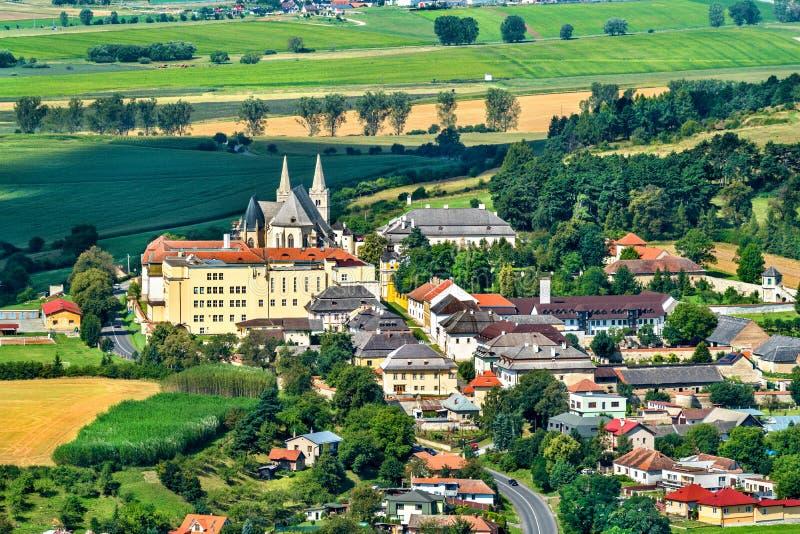 Vista na cidade de Spisske Podhradie do castelo de Spis, região de Presov, Eslováquia imagens de stock
