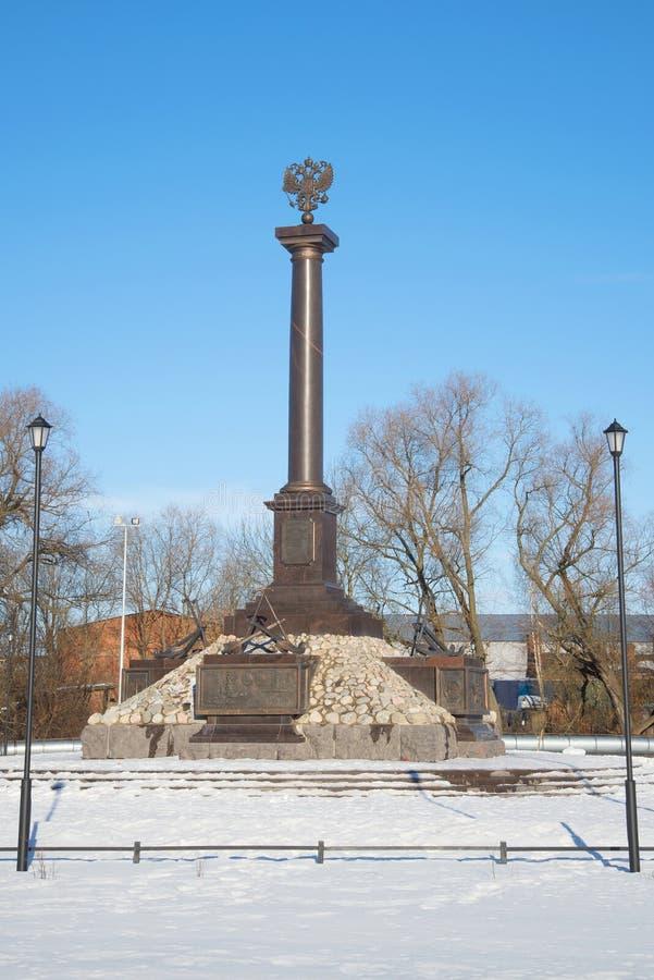 Vista na cidade do monumento da glória militar, dia ensolarado em fevereiro Kronstadt fotos de stock