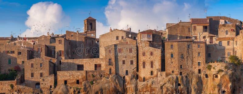Vista na cidade medieval Pitigliano em Toscânia imagem de stock
