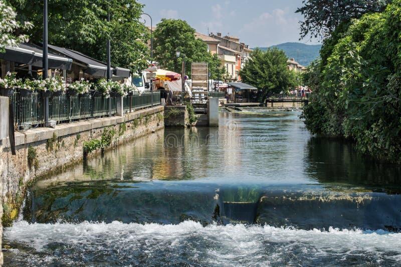 Vista na cidade pitoresca de Provence - L \ 'Ilha-sur-la-Sorgue, Provence, França fotografia de stock royalty free
