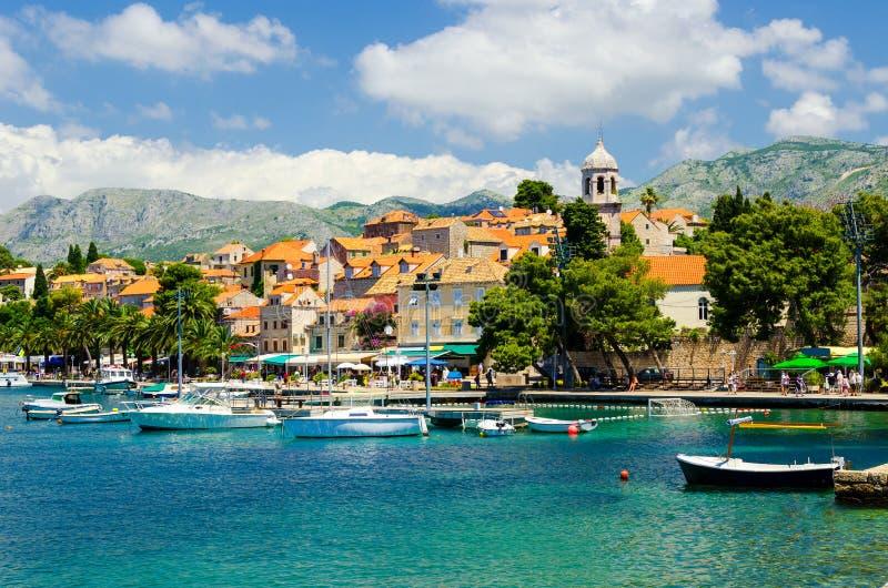 Vista na cidade velha Cavtat em Dalmácia, Croácia foto de stock royalty free