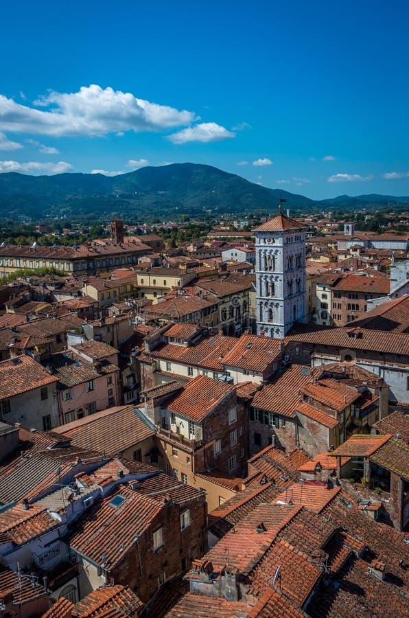 Vista na cidade velha com a basílica de San Michele da torre de pulso de disparo do minério do delle de Torre em Lucca Italy imagens de stock