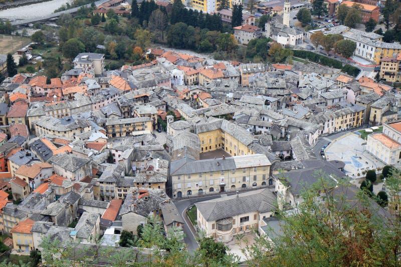 Vista na cidade velha de Varallo, Itália imagem de stock royalty free