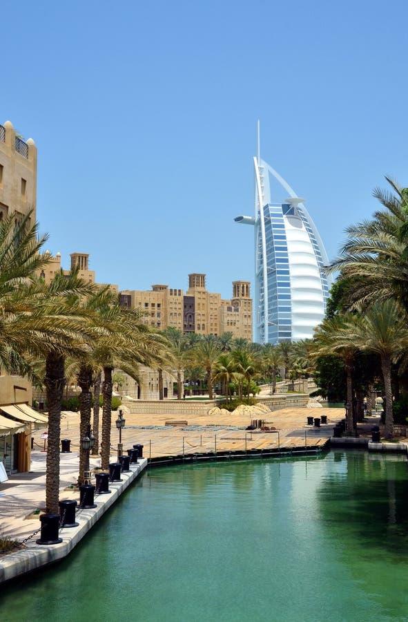 A vista na construção conhecida bonita do hotel do Burj-al-árabe da alameda de Madinat Jumeirah fotografia de stock