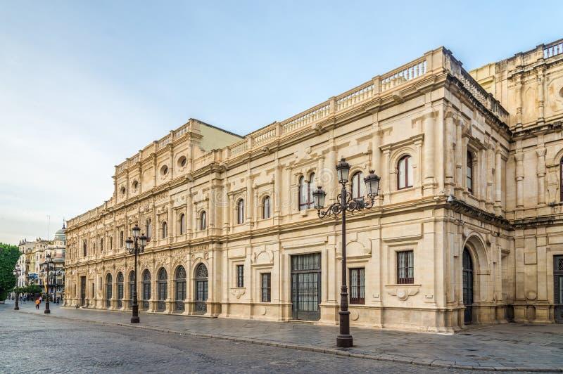 Vista na construção da câmara municipal em Sevilha - Espanha imagem de stock