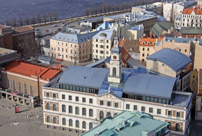 Vista na construção do Conselho Municipal de Riga na cidade Hall Square foto de stock